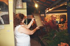 Cravo Albin apresenta ao público a partitura doada pelo curador da obra e homenageado da noite