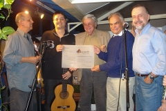 O Diploma Ernesto Nazareth é entregue a Josimar Carneiro por Carlos Lessa e pelo embaixador Jerônimo Moscardo.