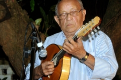 José Menezes dedilha seu bandolim