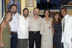 Bosco posa com amigos na Sala de Concerto do ICCA