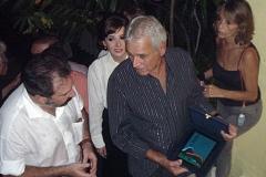 Carlos Lyra recebe a placa das mãos do Vice-Presidente da Repsol