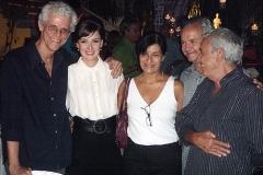 Maurício Maestro e Kay Lyra posam com amigos de Carlos Lyra