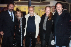 Alejandro Roig, Heloísa Tapajós e o casal Viviana e Sérgio Carvalho abraçam Roberto Menescal