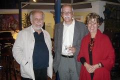Menescal comemora a homenagem recebendo amigos