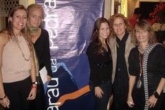 Colaboradores do Sarau ao lado do pôster do evento