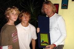 Marcos Valle recebe a placa do Sarau da Pedra junto com os filhos