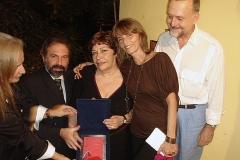 Sueli Costa recebe a placa em sua homenagem das mãos de Andrea Noronha e Alejandro Roig, ladeada por Heloísa Tapajós e Cravo Albin