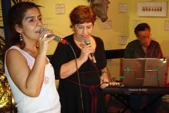 Fernanda Cunha e Sueli Costa durante o show