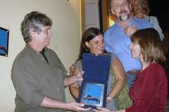 Paulinho recebe placa das mãos de Heloísa Tapajós