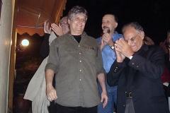 O Emb. Jerônimo Moscardo e Ricardo Cravo Albin aplaudem o homenageado