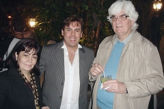 O casal Maria Luiza e Marlos Nobre ladeia o cantor Márcio Gomes