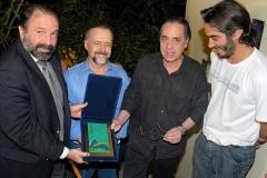 Cravo Albin e Edu Lobo recebem a placa comemorativa do 10º Sarau da Pedra das mãos de Bena (filho de Edu) e Alejandro Roig (Vice-Presidente da Repsol)